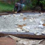 Installation der Teichfolie, Befüllung mit Steinen, Randbefestigung