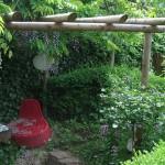 Die bewachsene Pergola mit Sitzplatz