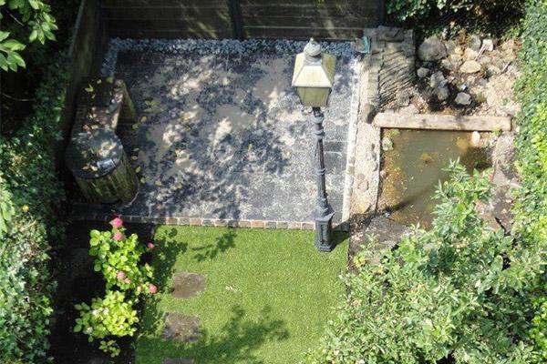 Der fertige Garten: Rollrasen, Blaustein-Terrasse, Teich